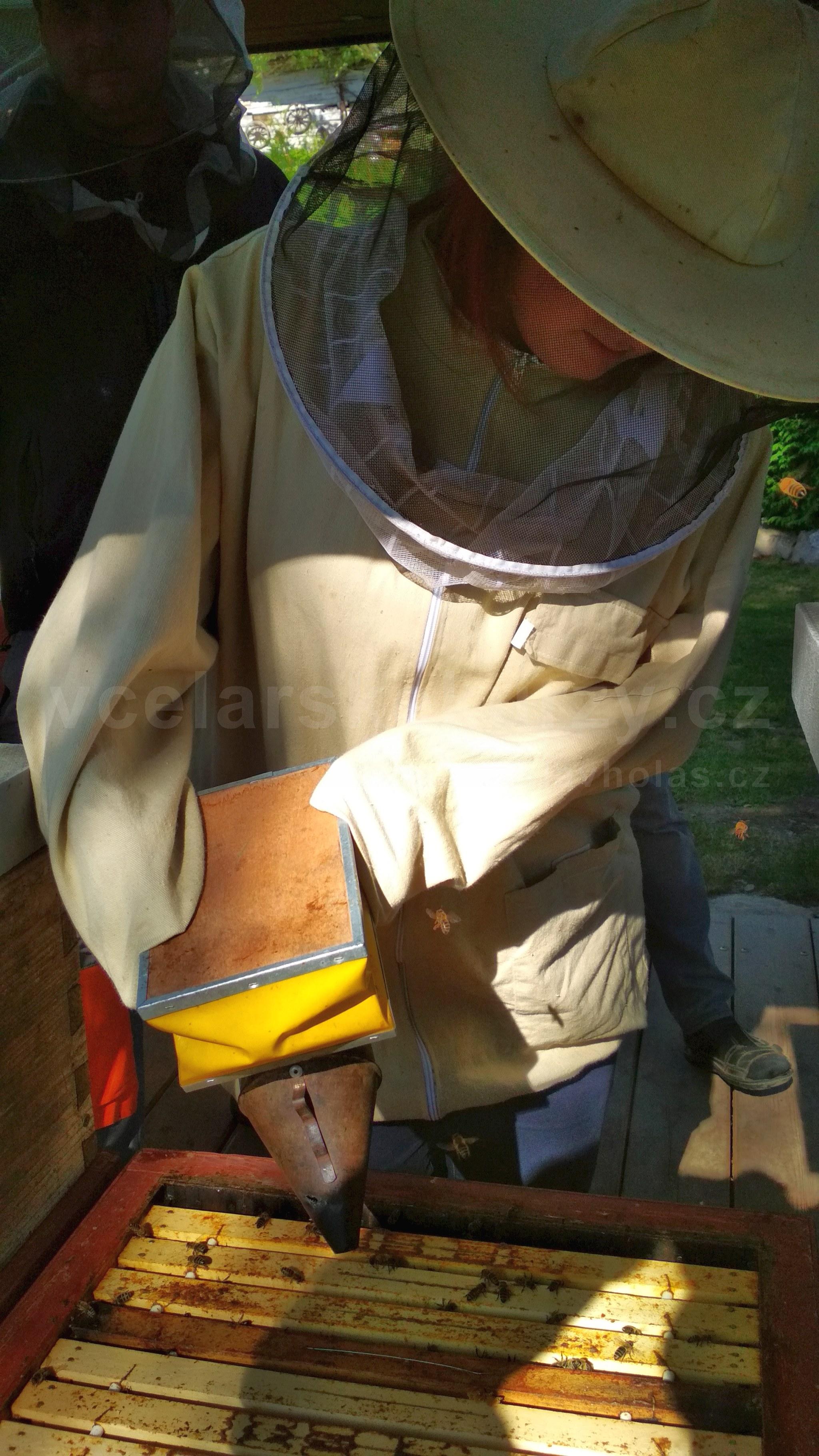 Včelařka s dýmákem
